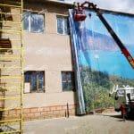 процесс монтажа баннерной сетки на фасад