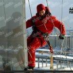 монтаж баннера альпинистом